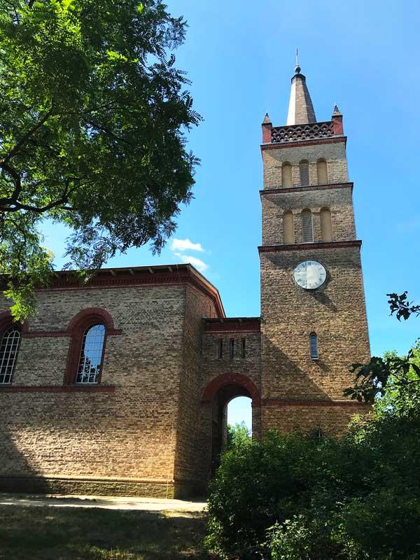 Die strenge, von Schinkel entworfene Kirche in Petzow, Werder Havel, aus uneinheitlich gefärbtem Backstein
