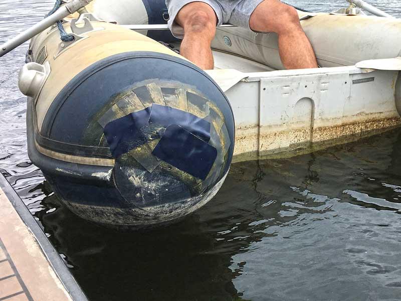 Heck des Talamex Schlauchboots, geflickt mit mehreren Textilflicken übereinander und Schlauchbootkleber