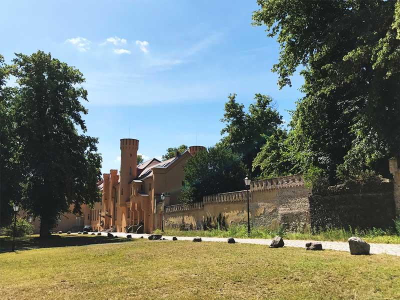 Das Schloss Petzow in Werder Havel ist recht verspielt mit vielen Türmchen und Zinnen