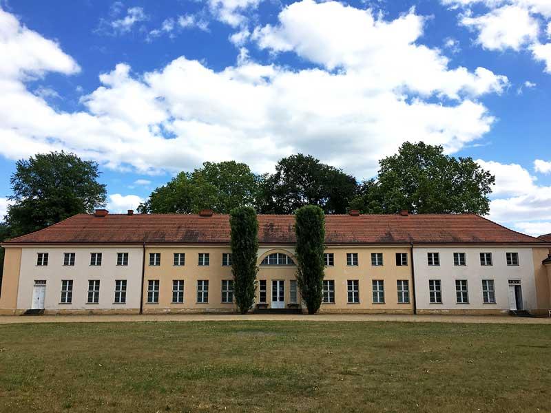 Wiederhergestellter Hauptriegel von Schloß Paretz bei Ketzin Havel, ganz einfach gehalten, in Ocker und Hellgrau gestrichen