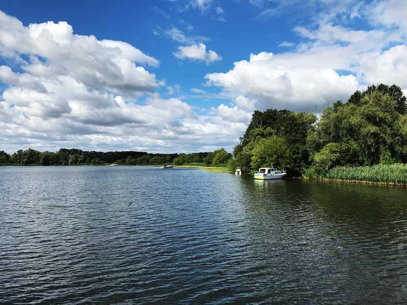 Auf der Potsdamer Havel und dem Kleinen Zernsee gibt es eine Stelle, die zum Ankern besonders gut geeignet ist und offensichtlich auch gerne genutzt wird - hier liegen vier Boote nahe am Ufer