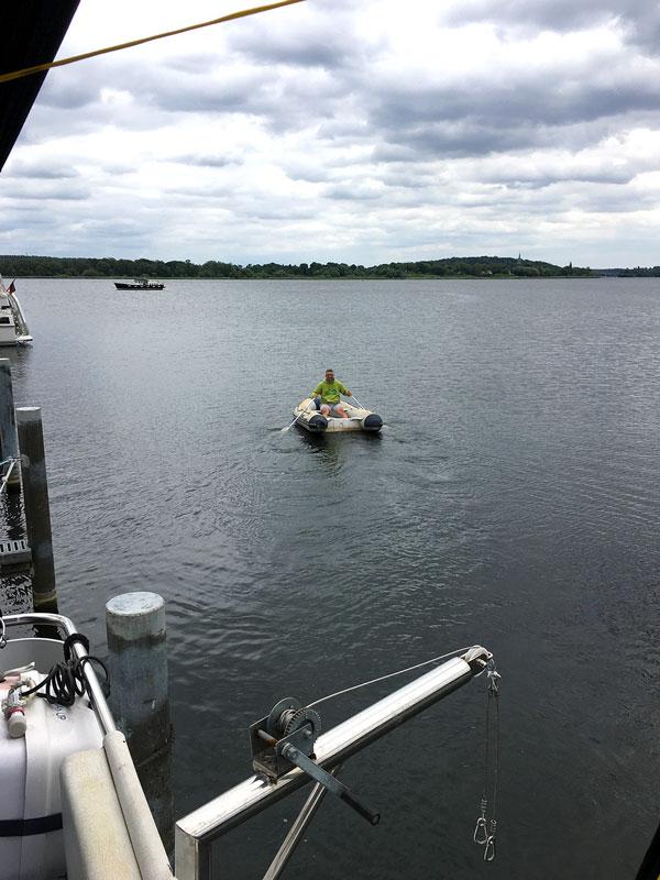 Thomas rudert das Beiboot aus dem Yachthafen Scheunhornweg in Werder Havel hinaus