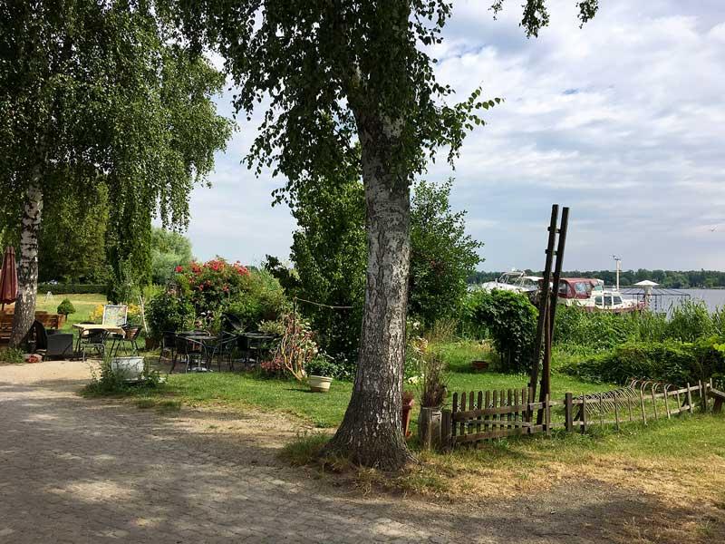 Teil des Inselrundwegs von werder Havel, hier entland des Havelufers mit seinen vielen restaurants und Cafés