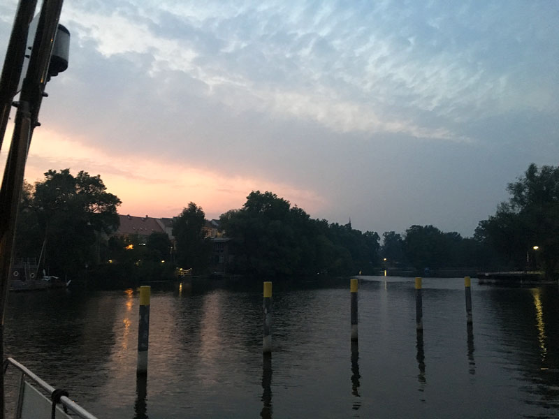 Liegeplatz in Brandenburg an der Havel, Werft: Wegen des Waldbrands in Lübtheen ist der Sonnenuntergang ganz diesig und verräuchert