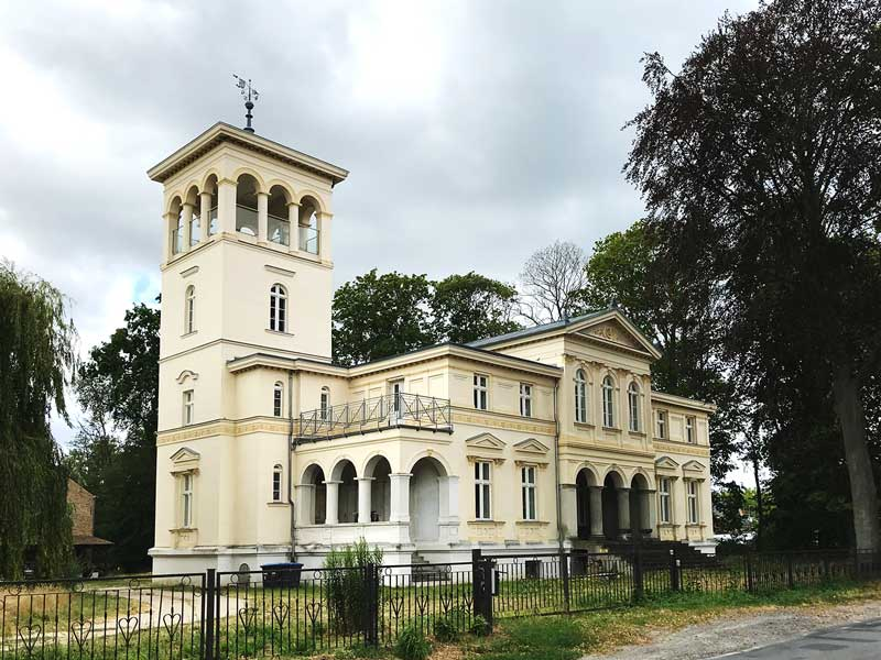 Prunkvolles cremefarbenes Gebäude: Villa Havelblick, Potsdamer Straße 25, Ketzin Havel