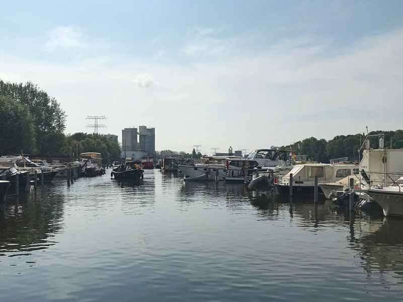 Die Yacht steht in einer sehr knapp bemessenen Box in der City Marina Rummelsburg an der Spree in Berlin, und der Bug ragt mehrere Meter ins Hafenbecken