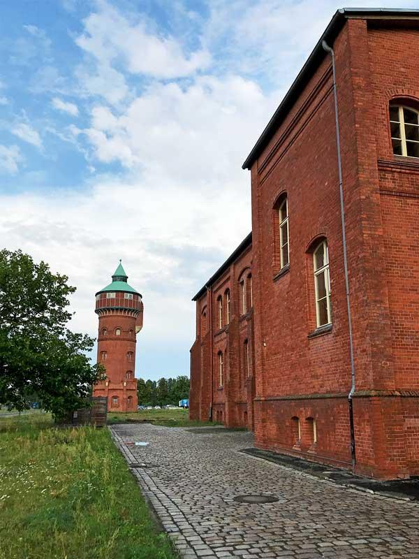 Altes Sichtziegel Betriebsgebäude und Wasserturm im Marienpark in Berlin Mariendorf