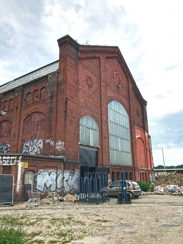 Ehemaliges Kraftwerk in Berlin Rummelsburg am Gelände des Funkhaus Berlin - nur die Außenfassade steht noch und ist mit Graffiti besprüht