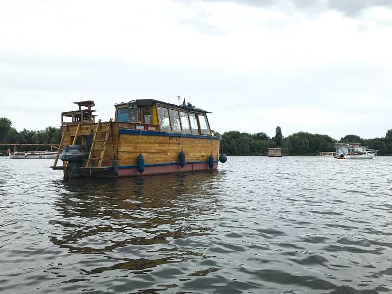 Ein Boot mit dem Aussehen einer Arche treibt auf dem Wasser in der Rummelsburger Bucht auf der Spree in Berlin