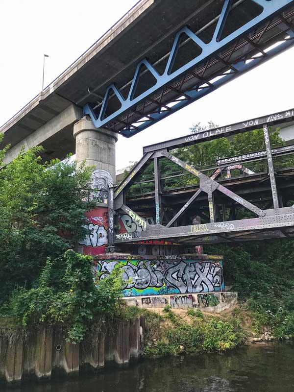 Zwei Brücken übereinander mit Graffiti Kunst am Teltowkanal in Berlin Tempelhof