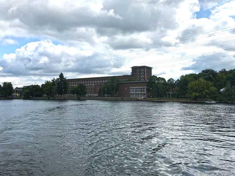 Das Areal und der Anleger des ehemaligen Funkhauses Berlin von der Spree aus gesehen