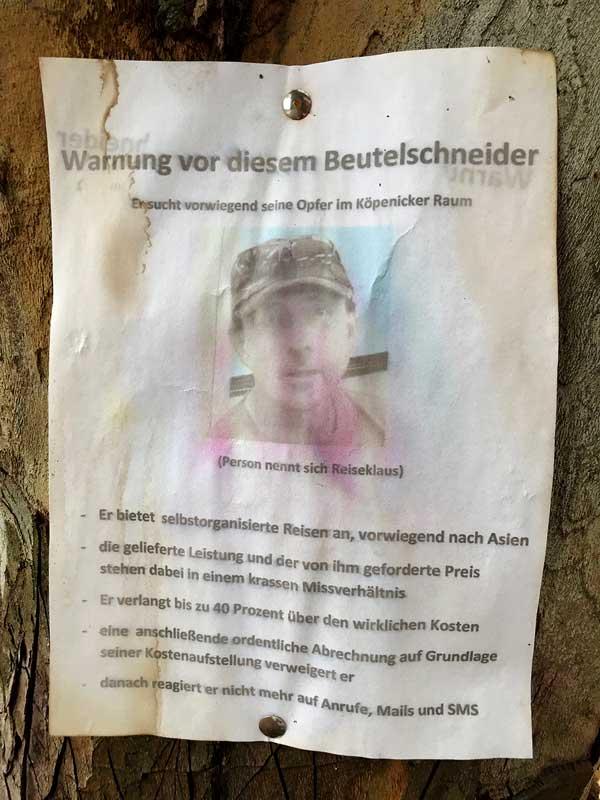 Verwaschener Aushang in Schmöckwitz, Berlin, auf dem eine Person denunziert wird
