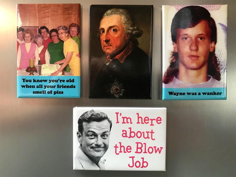 Magneten an einer Kühlschranktür mit dem Bild des Preussenkönigs Friedrich und weiteren humorvollen Bildern
