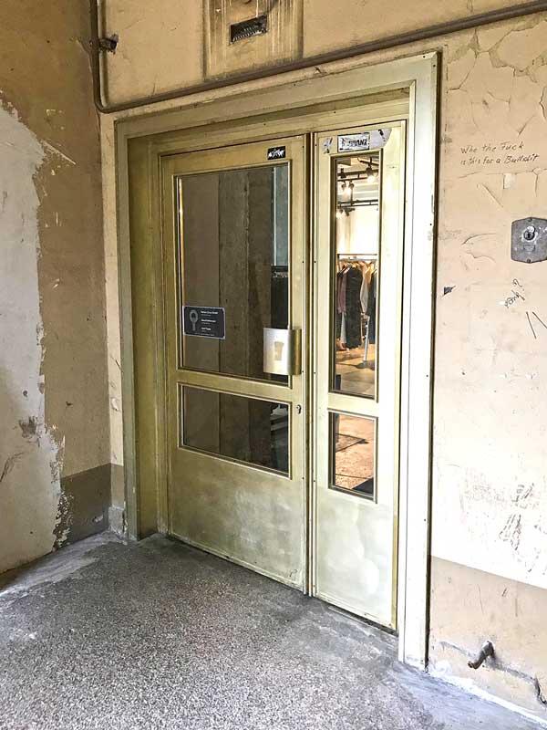 Eingangstür aus goldfarbenem Metall zu einem dänischen Modegeschäft im Funkhaus Berlin