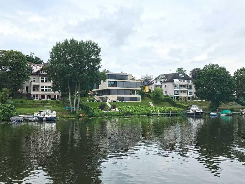 Modernes Haus aus Beton und Glas am Ufer des Griebnitzsee, Drehort der Serie Jerks, dort Wohnhaus von Fahri Yardim