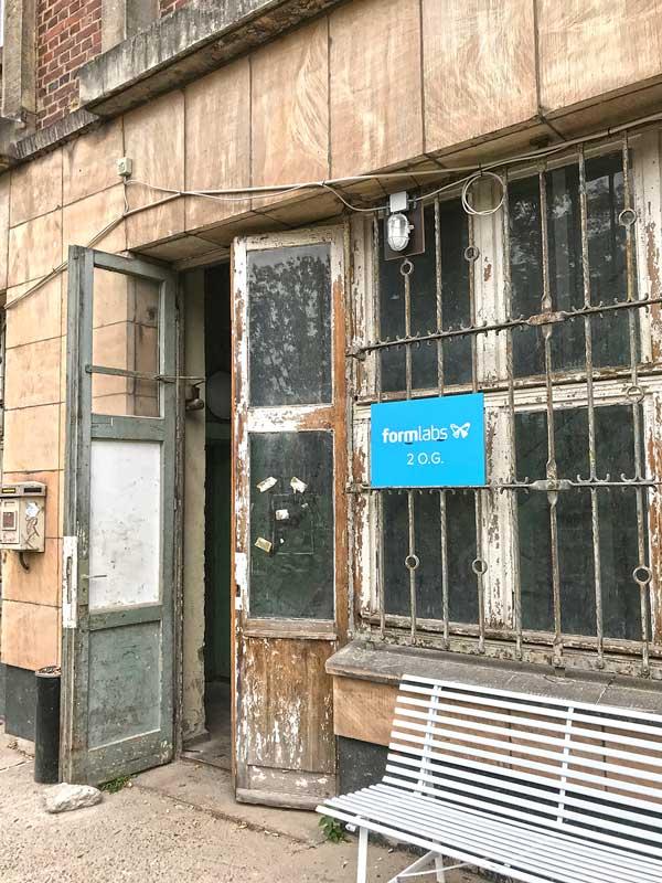 Alte verwitterte Eingangstüre zum Hauptgebäude des ehemaligen Funkhaus Berlin - Firma formlabs - einem Unternehmen für 3D Drucktechnik