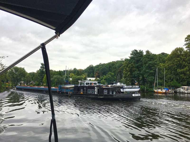Ein älteres Frachtschiff fährt auf der schmalen Havel Richtung Spandauer Schleuse im Stadtteil Berlin Pichelsdorf