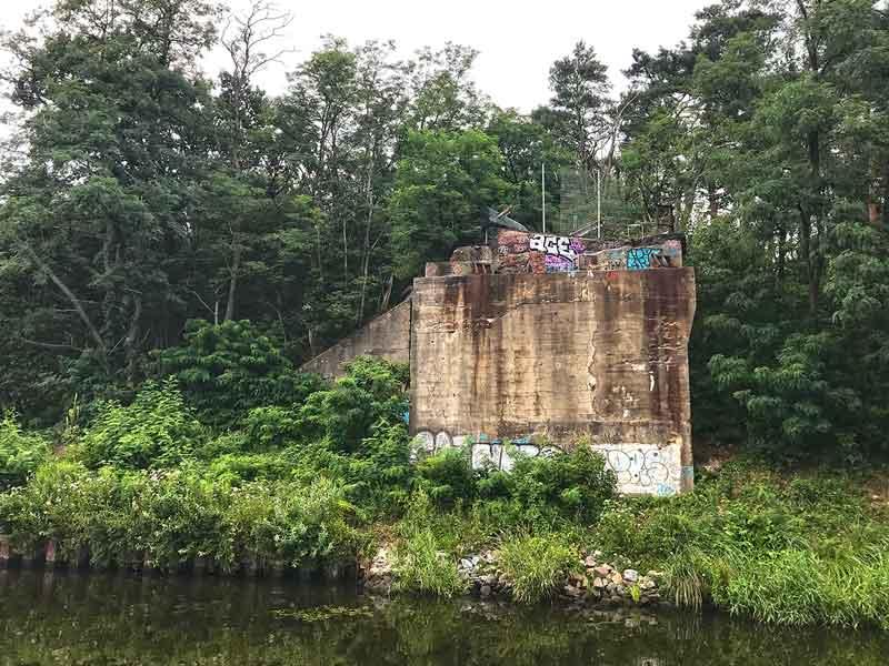 Alter, mit Graffiti besprühter Brückenkopf einer nicht mehr existierenden Brücke über den Teltow-Kanal bei Potsdam Babelsberg