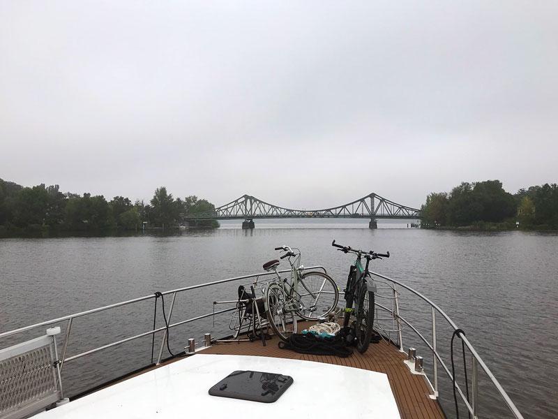 Blick auf die schön geschwungene Stahlkonstruktion der Glienicker Brücke in Potsdam, die auch die Durchfahrt vom Tiefen See in den Jungfernsee darstellt