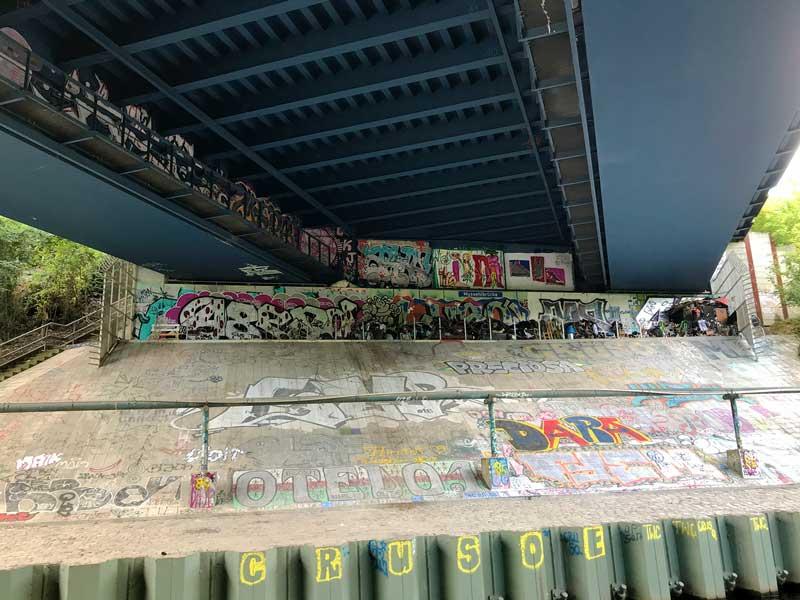 Auch unter den Brücken am Teltowkanal in Berlin ist alles mit Graffiti verziert