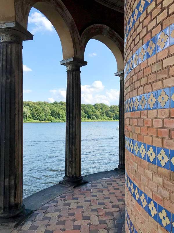 Blick auf das Wasser durch die Rundbögen der Heilandskirche in Sacrow an der Havel bei Potsdam
