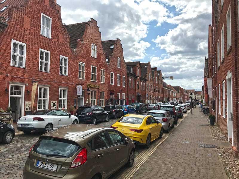 Straßenzug mit Giebelhäusern im holländischen Stil an der Mittelstraße im Holländischen Viertel in Potsdam