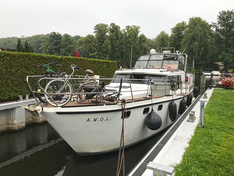 Die Yacht liegt in der Slipanlage des Hafens Pichelsdorf in einem Randbezirk von Berlin zur Reparatur an den Navigationsgeräten