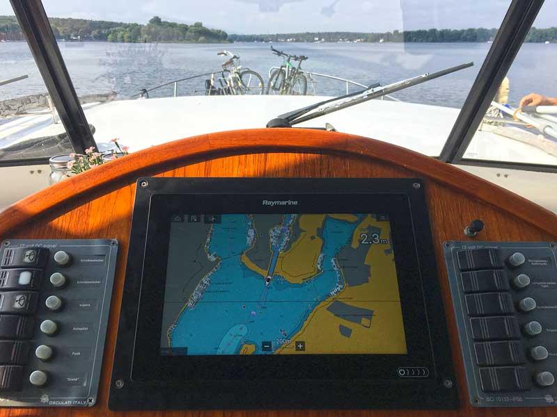 Blick auf den Steuerstand der Yacht mit dem neuen Raymarine Plotter bei der Ausfahrt aus dem Havel Kanal in Berlin Pichelsdorf