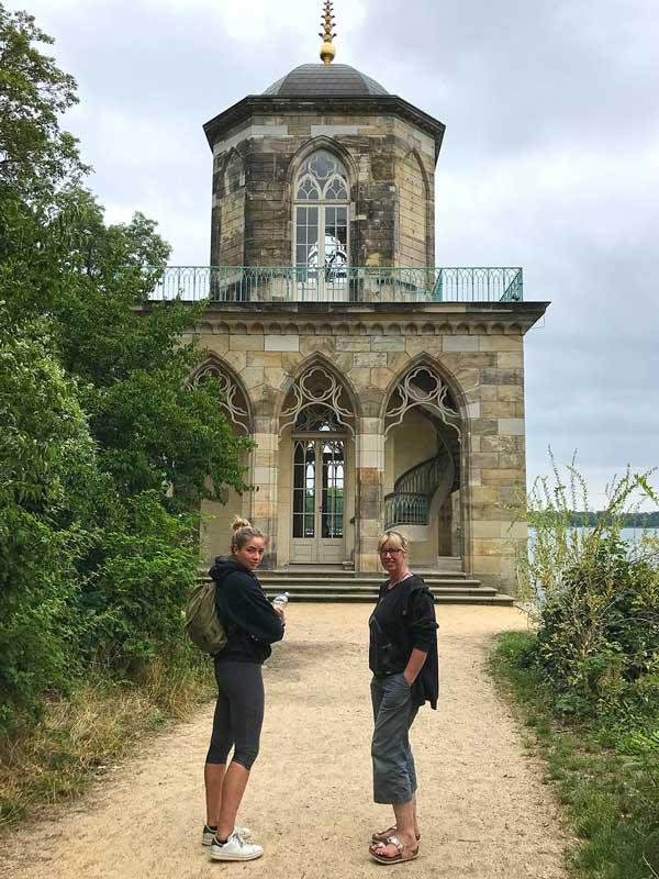 Mutter und Tochter vor der Gotischen Bibliothek, einem zweigeschossigen Pavillon am Eingang zum Neuer Garten am Heiliger See in Potsdam
