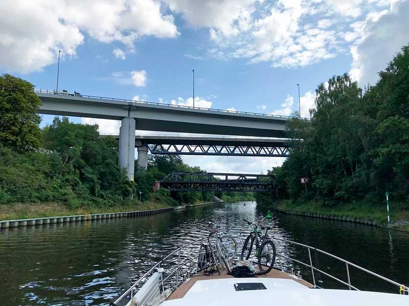 Drei Brücken in kurzen Abständen überspannen den Teltow Kanal in Berlin Tempelhof