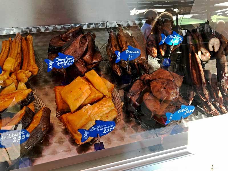 An einem Verkaufsstand auf dem Stadtfest von Köpenick liegen verschiedene Sorten Räucherfisch in der Vitrine
