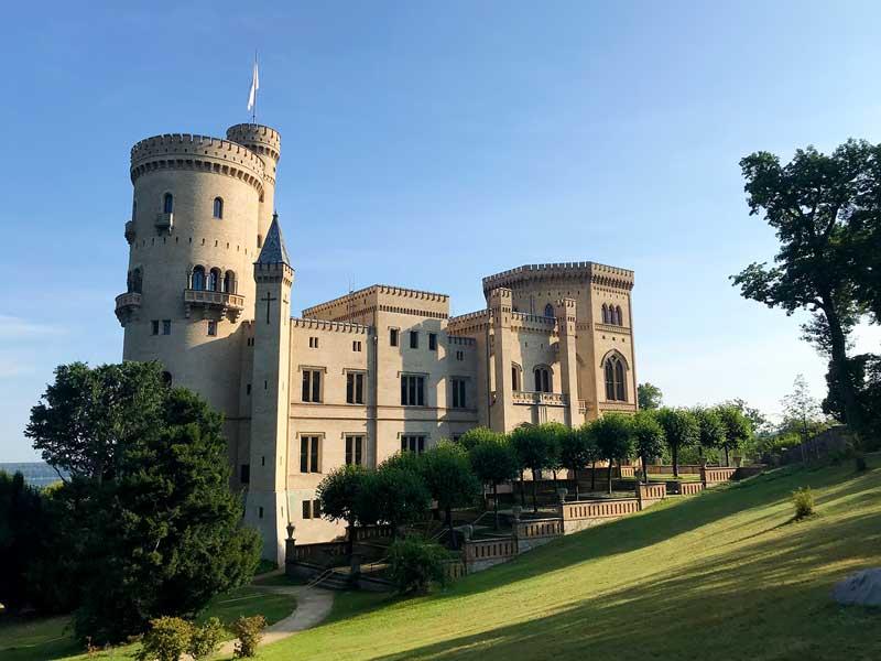 Hoch auf einem Hügel liegt Schloss Babelsberg mit Parkanlage in Potsdam