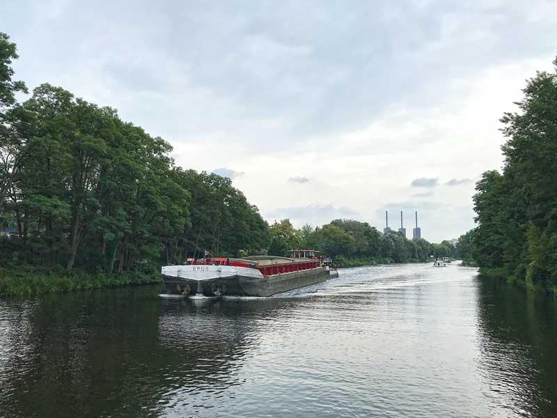 Entgegenkommendes Frachtschiff auf dem Teltow-Kanal bei Berlin Lichterfelde, im Hintergrund das Vattenfall Heizkraftwerk