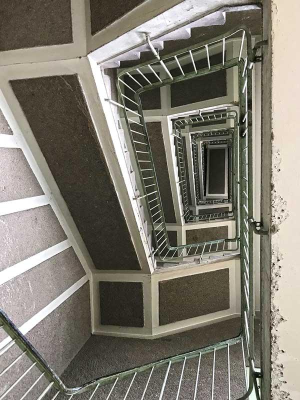 Treppenhaus über fünf Etagen von unten her gesehen im ehemaligen Funkhaus Berlin
