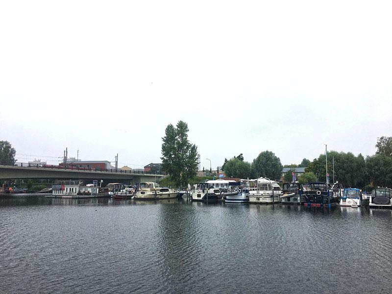Wir lassen die Marina am Tiefen See in Potsdam bei nebeligem Wetter hinter uns zurück