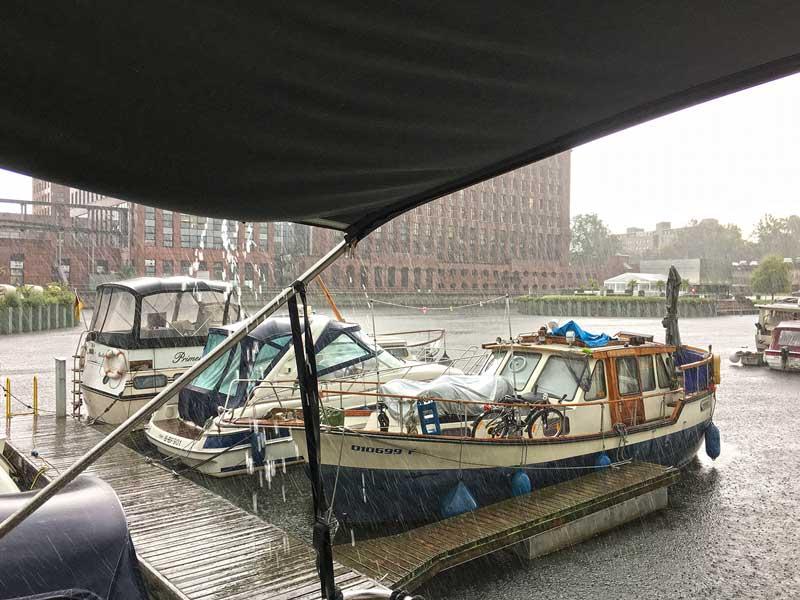 Starker Regen im Temeplhofer Hafen in Berlin