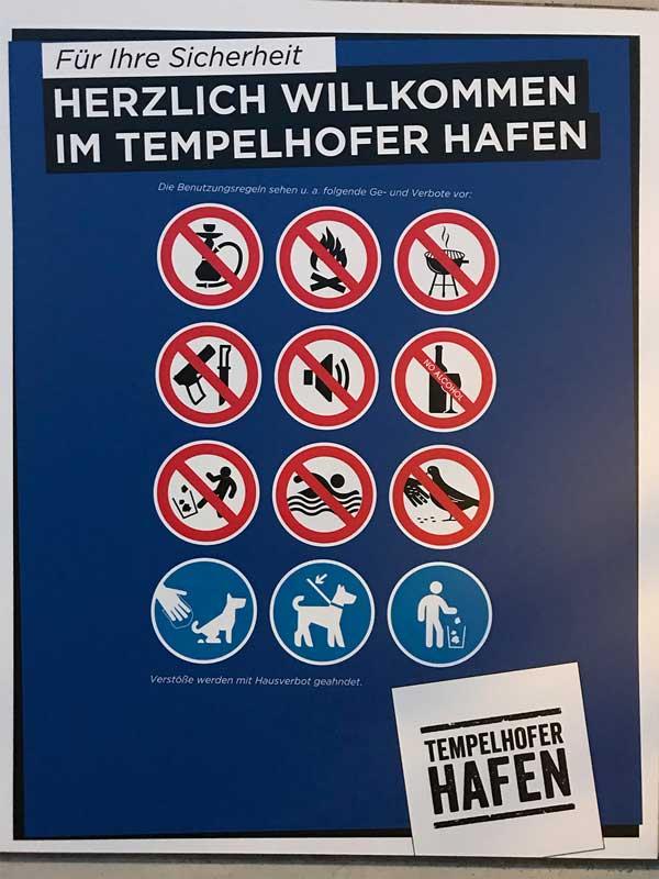 Verbotsschild im Tempelhofer Hafen in Berlin. Verboten sind Shishas, Feuer, Grillen, Waffen, Lautsprecher, Alkohol, Vandalismus, Schwimmen und Taubenfüttern