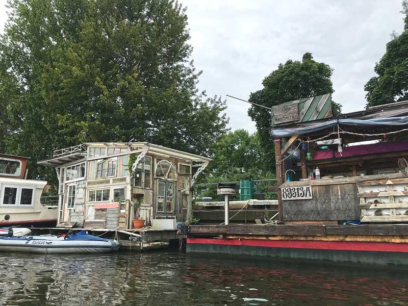 Aus alten Fenstern und anderem Material zusammengezimmerte Hütten auf schwimmenden Plattformen in der Rummelsburger Bucht auf der Spree in Berlin