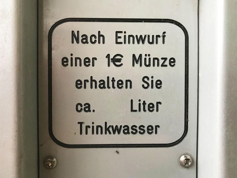 Beschriftung auf einer Zapfstelle für Wasser in der City Marina Berlin Rummelsburg an der Spree gibt keine Auskunft darüber, wieviel Trinkwasser man für den Einwurf einer Ein-Euro-Münze erhält