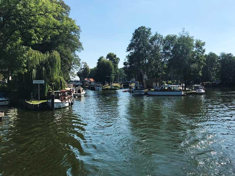 Etwa 15 Sportboote warten auf die Schleusung an der Mühlenschleuse auf der Dahme bei Königs Wusterhausen, Brandenburg, südlich von Berlin