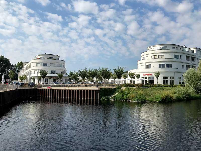 Architektonisch interessanter Komplex bestehend aus zwei großen Gebäuden im Art Deco Stil mit Restaurant und kleinem Hafenbecken am Ufer des Teltowkanal in Alt Glienicke in Berlin