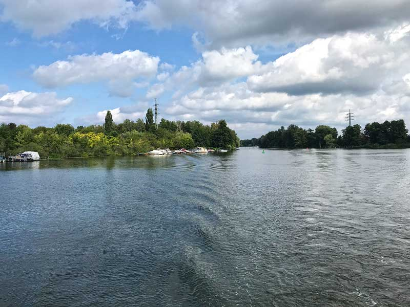 Blick zurück aufs Kielwasser auf der Dahme-Wasserstraße südlich von Berlin