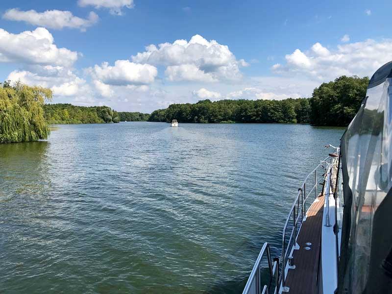 Unsere Motoryacht folgt einem anderen Boot auf dem Krüpelsee, Dahme-Wasserstraße, Brandenburg