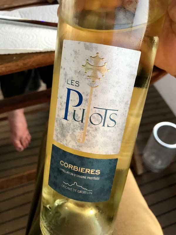 Eine Flasche Wein Les Pujots aus Corbieres von La Cave de Gruissan, Südfrankreich