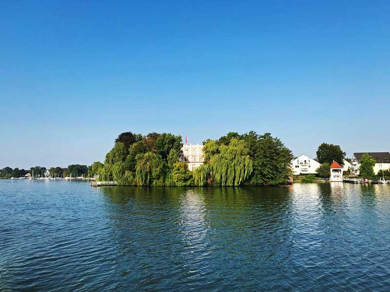Die Villa der Unternehmerfamilie Dussmann eingerahmt von altem Baumbestand an der Dahme bei Zeuthen südlich von Berlin