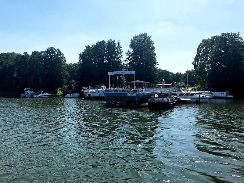 Viele Sportboote an einem ehemaligen Fahrgastanleger am Krüpelsee, Brandenburg, südlich von Berlin, welcher heute als Yachthafen dient