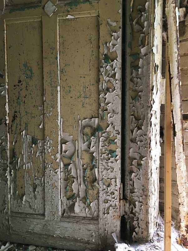 Von einer Tür in der Landesirrenanstalt Teupitz, Brandenburg, südlich von berlin, blättert die Farbe in mehreren Schichten ab