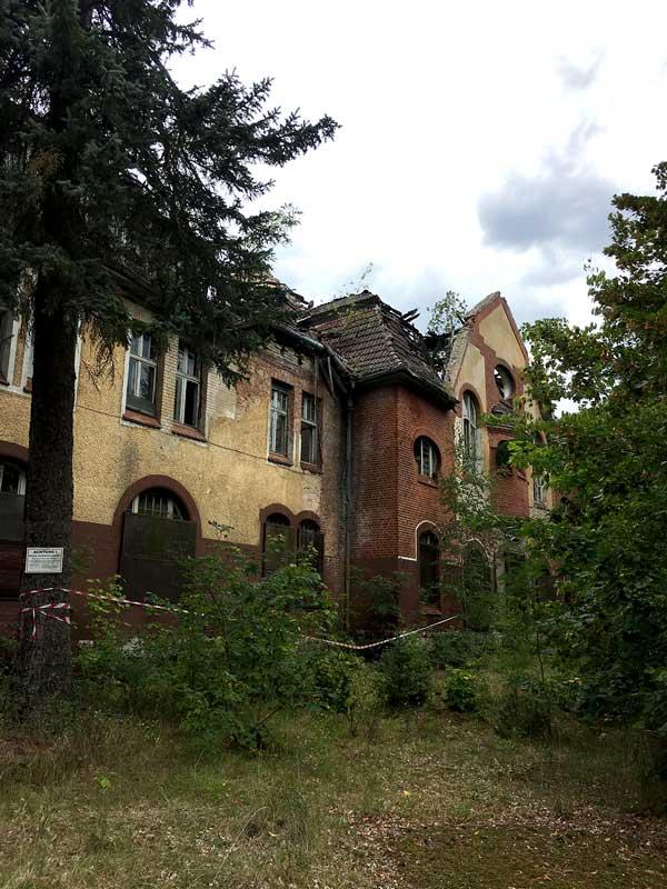 Das ehemalige hauptgebäude der landesirrenanstalt Teupitz, Brandenburg, südlich von Berlin, wurde durch Brände beschädigt und wirkt düster - Lost Places