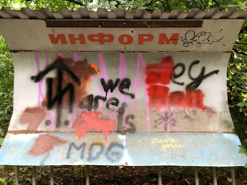 Alte Informationstafel, von einem Wellblechdach geschützt, heute mit Grafitti beschmiert, in der Landesirrenanstalt Teupitz, Brandenburg, südlich von Berlin - Lost Places