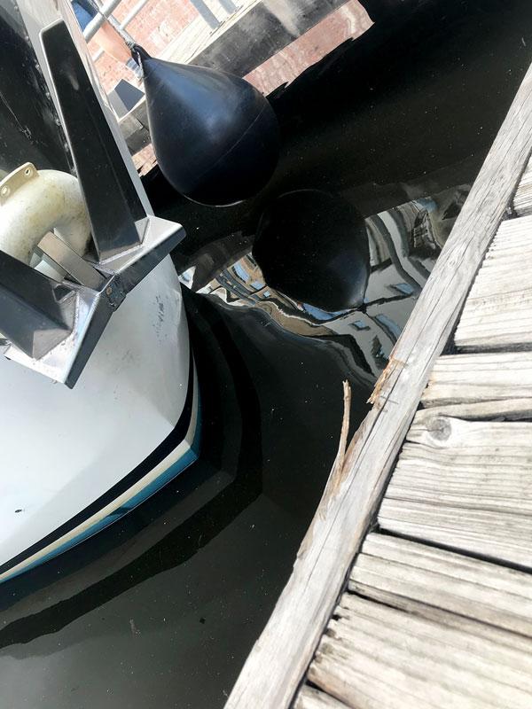 Der Bug eines Charterboots rammt den Steg im Tempelhofer Hafen Berlin so stark, dass Stücke aus dem Holz splittern